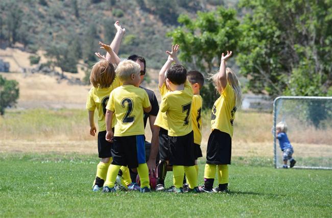 bambini calcio batti cinque