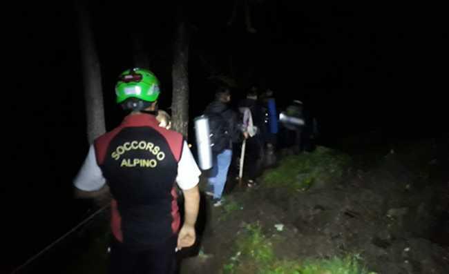 soccorso notte uomini fila bosco