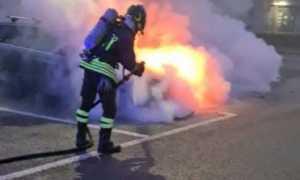 vigili del fuoco incendio auto parcheggio