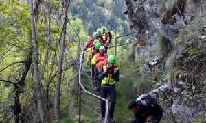 soccorso alpino discesa uomini fila barella