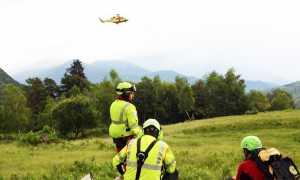 soccorso elicottero in volo uomini terra
