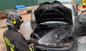 vigili del fuoco incendio auto
